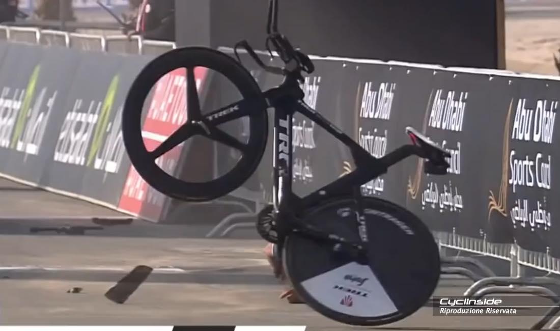 La bicicletta, apparentemente intatta dopo la caduta.