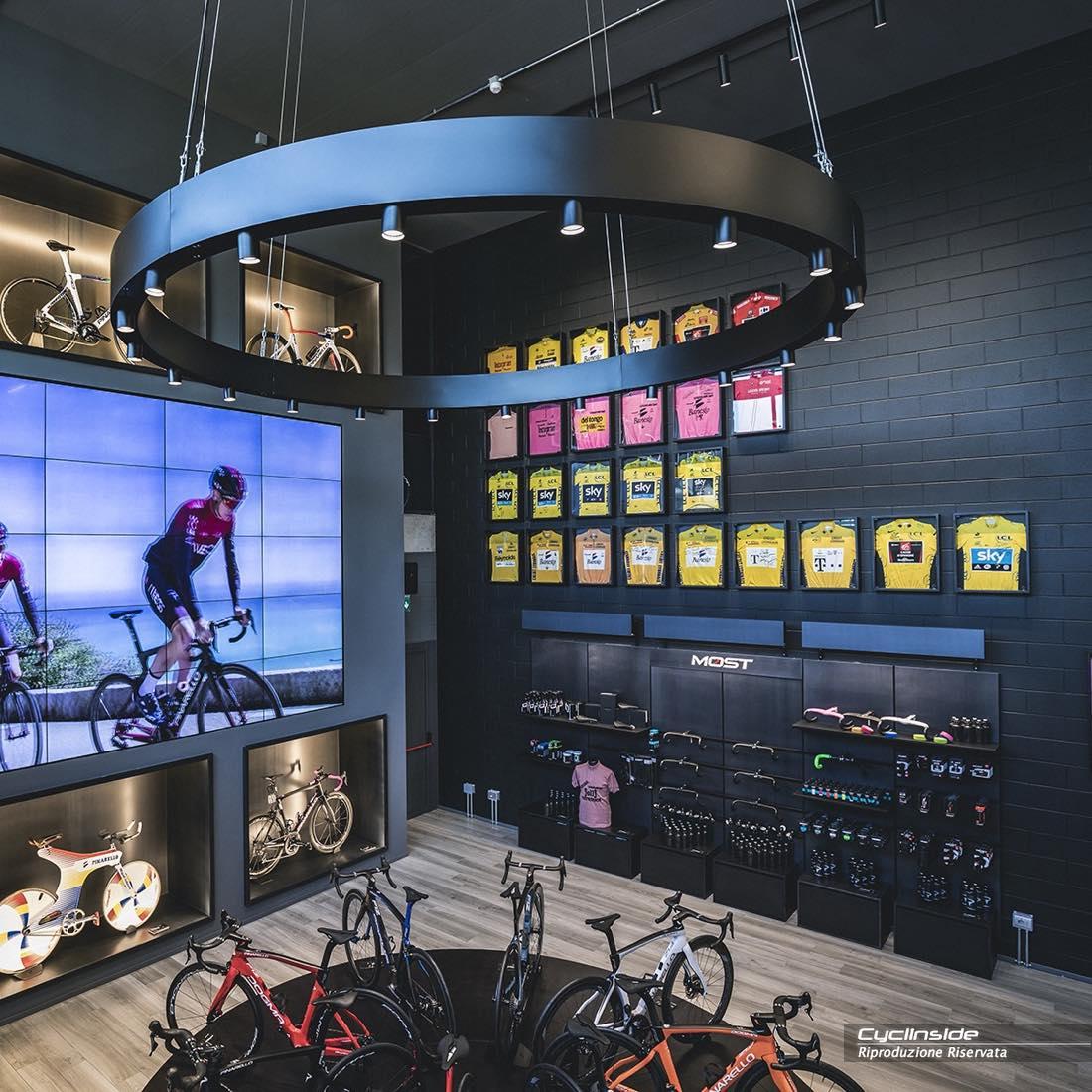 Alcune viste del prestigioso negozio di Pinarello